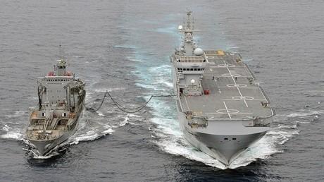 البحرية الأمريكية تنشر بطارية مدفعية