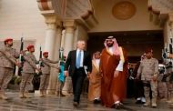 قالت منظمة هيومان رايتس ووتش في تقرير إن المتمردين والقوات الموالية لصالح استخدموا ألغاما أرضية مضادة للأفراد في ست محافظات على الأقل منذ أن بدأ التحالف العربي بقيادة المملكة السعودية عملياته في اليمن في آذار/مارس 2015.  اتهمت منظمة هيومان رايتس ووتش الحقوقية اليوم الخميس (20 نيسان/ أبريل) المتمردين الحوثيين وحلفاءهم من أنصار الرئيس السابق علي عبد الله صالح باستخدام ألغام محظورة في اليمن ما تسبب بمقتل وتشويه مئات المدنيين وإعاقة عودة نازحين إلى منازلهم.  وقالت المنظمة في تقرير إن المتمردين والقوات الموالية لصالح استخدموا ألغاما أرضية مضادة للأفراد في ست محافظات على الأقل منذ أن بدأ التحالف العربي بقيادة المملكة السعودية عملياته في اليمن في آذار/مارس 2015.  وأوضحت أن اليمن حظر