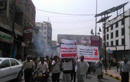 مسلحون يعتدون على مسيرة خرجت تطالب بإقالة ومحاكمة قائد محور تعز