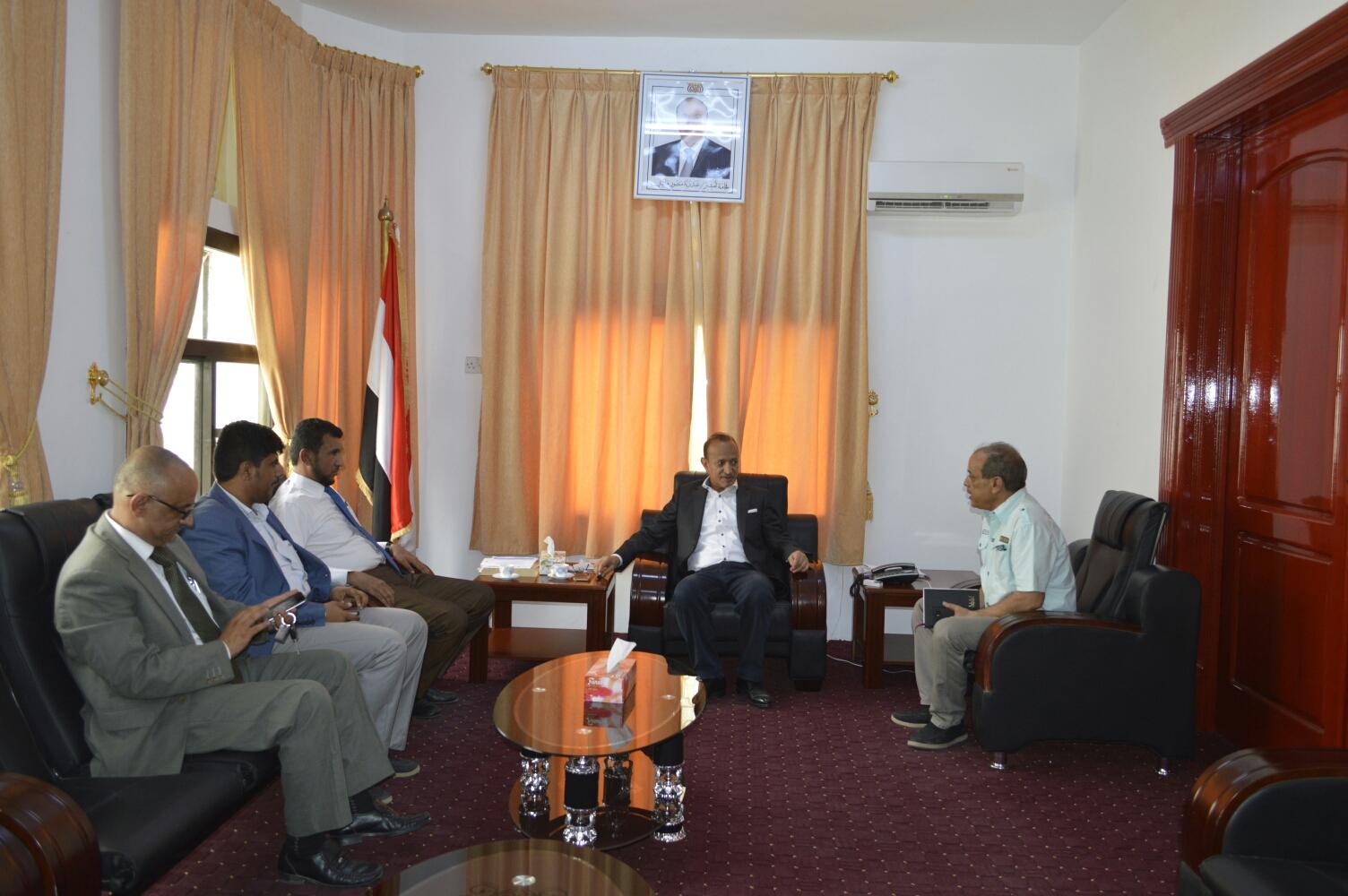 محافظ تعز يلتقي لجنة وزارية لمناقشة الأوضاع الصحية في المحافظة
