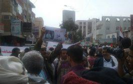 مسيرة حاشدة في تعز تستنكر محاولة اغتيال محافظ المحافظة وتطالب باستكمال التحرير