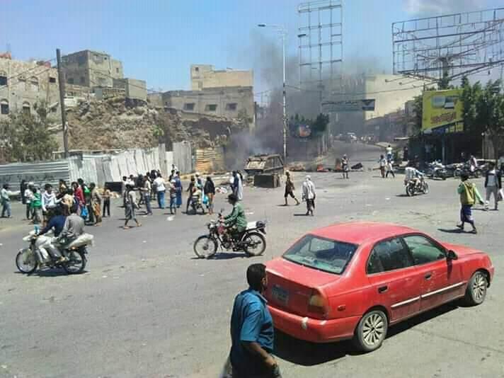 مسلحون يقطعون شوارع مدينة تعز واشتباكات أخرى في التربه