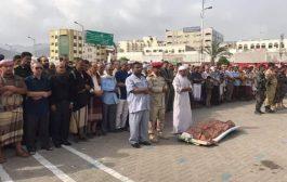 عدن: مئات المواطنين يشيعون جثمان المناضل الوطني علي صالح عباد