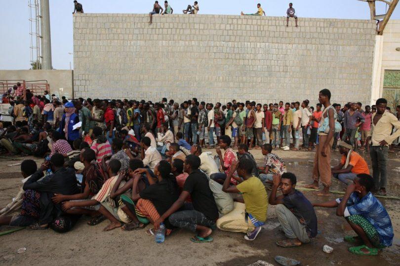 جهود دولية تسعى لإطلاق سراح آلاف المهاجرين الافارقة محتجزين جنوب اليمن.