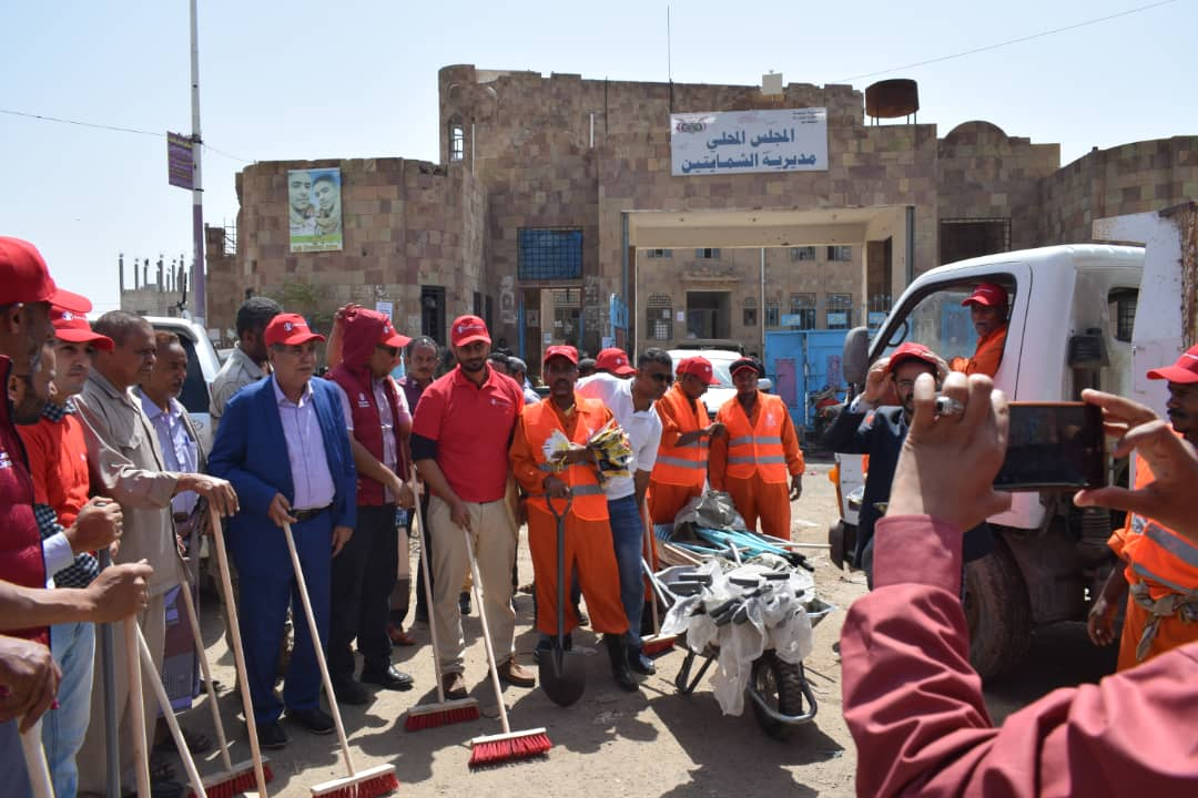 الصنوي يدشن حملة نظافة  بالشمايتين ويزور فرع جامعة تعز وادارة الامن في مدينة التربة
