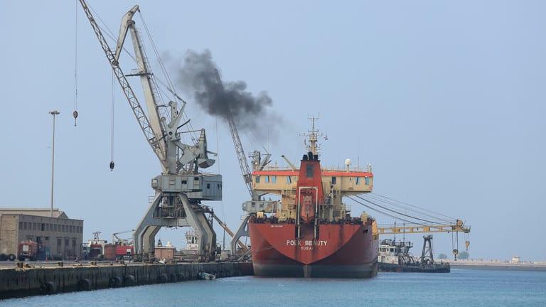 الحكومة اليمنية تطالب الأمم المتحدة إنقاذ باخرة نفطية متهالكة قبالة سواحل الحديدة والضغط على الحوثيين لتجنب كارثة بيئية