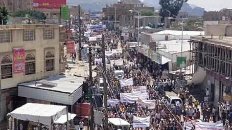 تعز.. تظاهرات حاشدة تطالب بتحرير المحافظة وترفض الفوضى في المناطق المحررة.