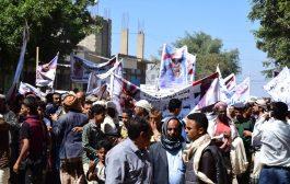 أبناء الشمايتين يحتجون للمطالبة بتسليم قتلة حراسة محافظ تعز للقضاء