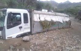 لحج: سيول الأمطار الغزيرة تجرف عدد من الشاحنات المحملة بالمواد التجارية