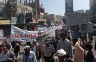 فيديو.. شاهد عملية اعتداء الطقم العسكري على المتظاهرين بتعز