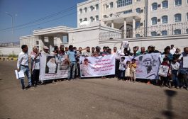 وقفة احتجاجية أمام مكتب النائب العام بعدن تطالب بسرعة الكشف عن نتائج التحقيقات في قضية إغتيال عدنان الحمادي
