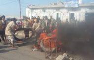 وقفة احتجاجية للصيادين في مديرية المخا تنديدا باعتداء خفر السواحل عليهم