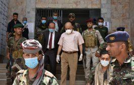 محافظ تعز يزور مكتب مالية المحافظه ويشيد بمديره العام
