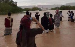 مروحية عسكرية تنقذ مواطن علق مع سيارته في السيول