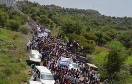 الآلاف  يتظاهرون رفضا للتحشيدات العسكرية في الحجرية ويوجهون رسائل نارية للرئاسة