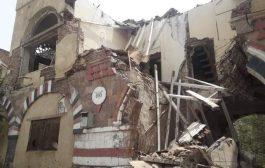 محور تعز العسكري يتسبب بإنهيار مدخل مبنى آثري
