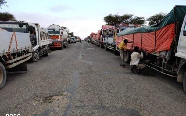اضراب سائقي الشاحنات وانعدام لمادة الغاز في مدينة تعز