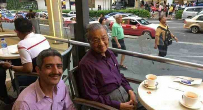 صورة جمعت مهاتير محمد بشاب  يمني في ماليزيا تشغل مواقع التواصل الاجتماعي