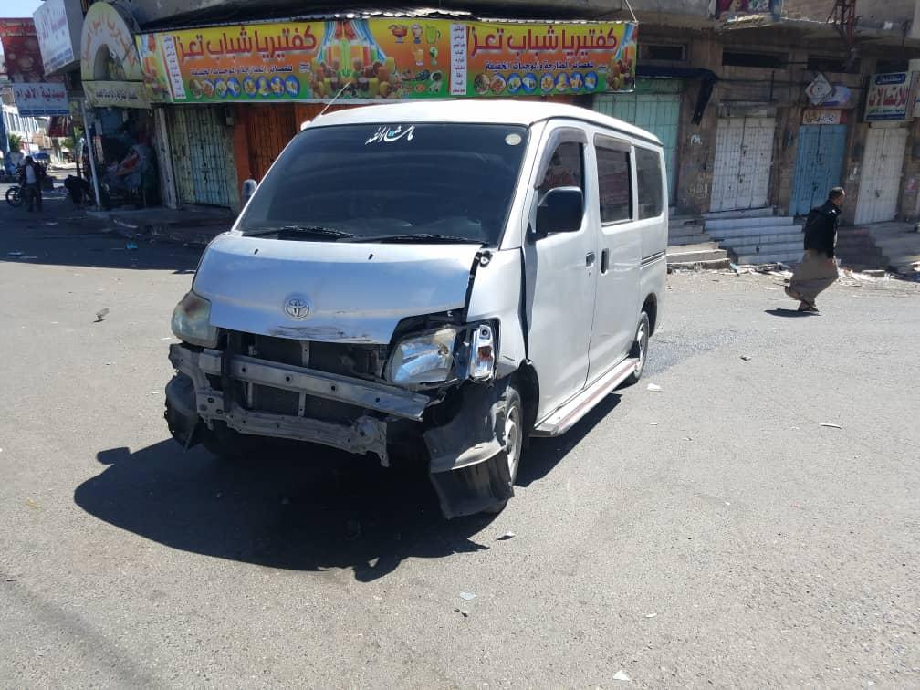 طقم تابع لجماعة مسلحة يصدم باص احد المواطنين بتعز (صور)