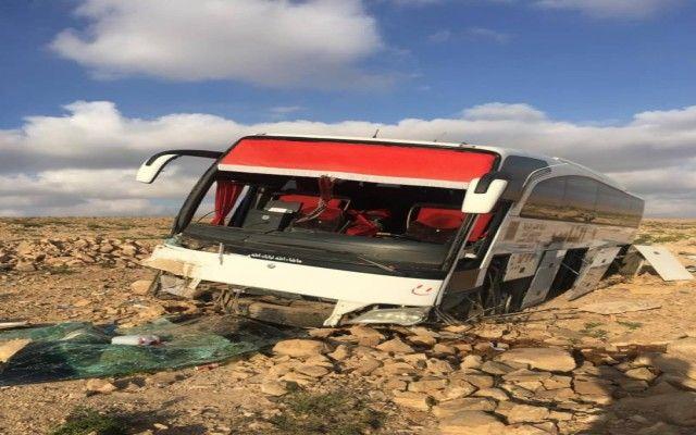 جمل يتسبب بحادث مروري لحافلة ركاب كبيرة في محافظة حضرموت مخلفا اصابات