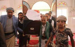 المئات من ابناء تعز يشيعون جثمان السفير عبدالملك الوحش.