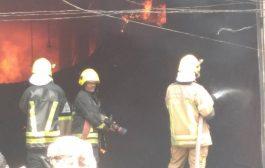 حريق يلتهم مركز تجاري في عدن