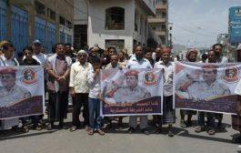 تعز : وقفة احتجاجية تطالب بإطلاق سراح قائد الشرطة العسكرية