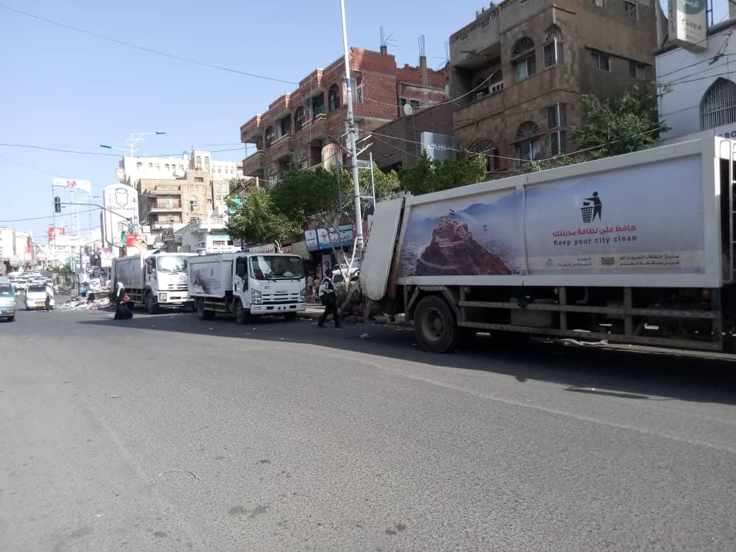 استمرار اضراب عمال النظافة بتعز وتكدس للقمامة بالشوارع