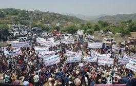 تظاهرات حاشدة تطالب بتحرير تعز ورفض المليشيات