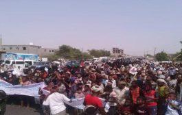 مئات المتظاهرين بلحج تطالب بالقصاص من قتلة الأطفال أولاد عامل بصندوق النظافة والتحسين