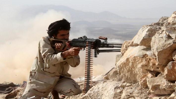شاهد كيف استطاع الجيش اليمني من الوصول الى قناص حوثي والاستيلاء على بندقيته (فيديو)