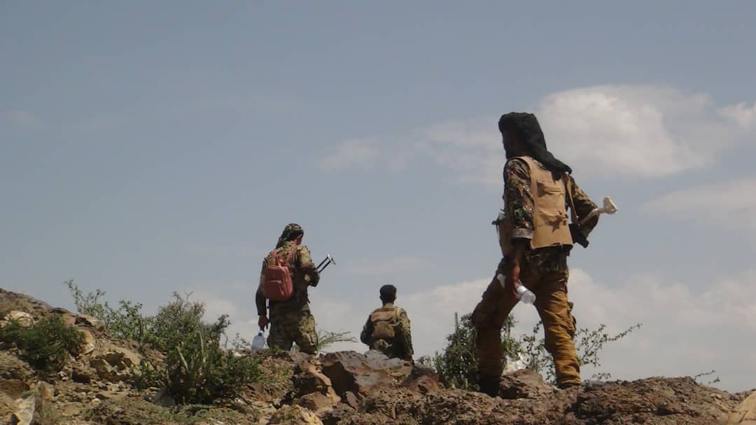 مصرع 2 من قناصة مليشيا الحوثي في قصف مدفعي للواء 30 بالفاخر