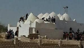 القاعدة تفجر ضريح أثري في محافظة يمنية عمره أكثر من 800 عام