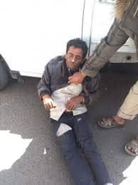 شاب يمني يسقط في أحد شوارع المدينة من شدة الجوع