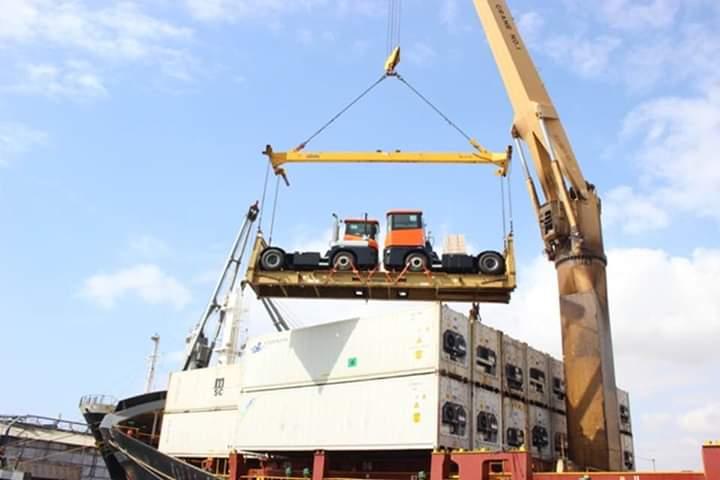 وصول أربع آليات جديدة مخصصة لمناولة الحاويات في ميناء المكلا