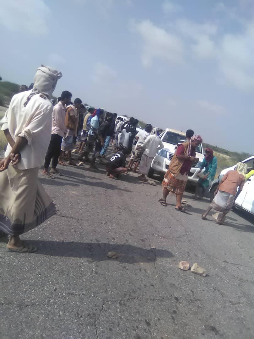 قطع الطريق العام الرابط بين عدن وشبوة من قبل جنود باللواء الثالث حماية رئاسية