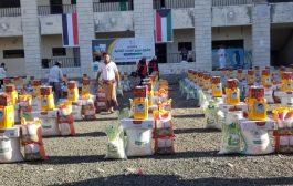 توزيع 80 سلة غذائية لنازحي الحديدة بمدينة تعز