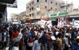 شاهد هتافات مسيرة جماهيرية حاشدة بتعز وفاء للشهيد القائد عدنان الحمادي (فيديو)