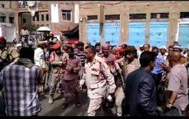 قائد الشرطة العسكرية بتعز يعتدي على عدد من عمال وموظفي بعض المؤسسات الحكومية