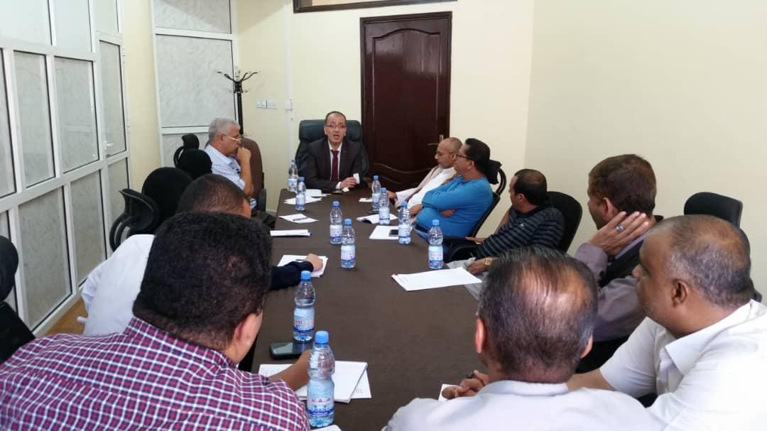 مدير عام مالية تعز يعقد اجتماعا بمدراء إدارات المكتب