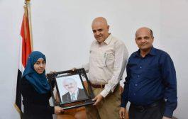 محافظ تعز يكرم الطالبة باسكال ياسر الموهوبة بالرسم والشعر
