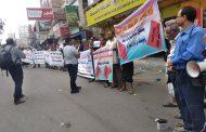 وقفة احتجاجية لموظفي عدد من المؤسسات الحكومية بتعز