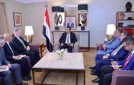 رئيس الوزراء يلتقي السفير الأمريكي لدى اليمن