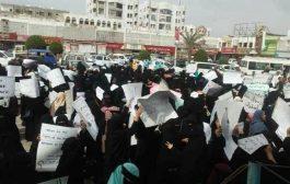 المئات من المعلمين يتظاهرون أمام مكتب الأمم المتحدة بعدن