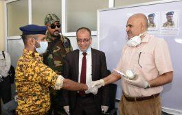 مدير مالية تعز يكرم الجندي الذي تصدى لعملية اقتحام المكتب الاسبوع الفائت .