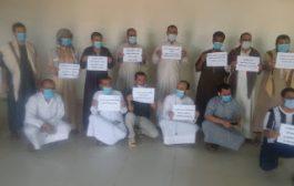 يمنيون عالقون في السودان ينفذون وقفة احتجاجية لمطالبة الحكومة بسرعة إدراجهم ضمن جداول رحلات الإجلاء