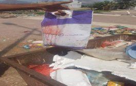 العثور على طفل داخل سلة دعاية بصندوق قمامة  في عدن